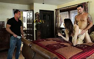 MILF-Frau Sovereign Syre verführt Teen Jenna Ross für FFM mit Ehemann