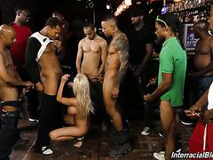 Толпа черных братков ебет Рашель Ричи в рот и кончает ей на фейс в баре