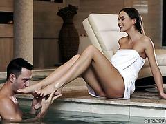 Чувак наслаждается ножками и пиздой Тины Кей в бассейне