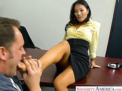 Сотрудник массирует ноги начальницы Асы Акиры и ебет ее прямо в офисе