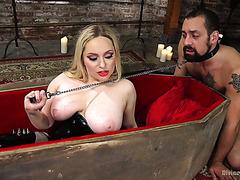Мисс Дракула садится на раба своей большой вампирской жопой