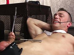 Чери ДеВиль сует металлический прут в хуй и ездит на нем как дикарка