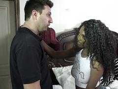 Наглая фигуристая негритянка Дая Найт соблазняет белого отчима