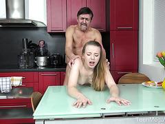 18 летняя детка Энджел трахается с пенсионером на кухне