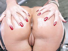 Momma with terrific curves Phoenix Marie pleases thick dick
