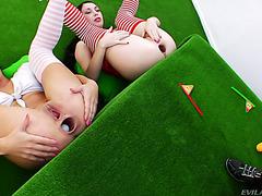 Нескучный гольф с анальными извращенками Анитой Хайнер и Изабеллой Кларк