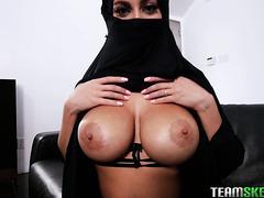 Арабская жена шлюха Виктория Джун трахается в хиджабе в ПОВе