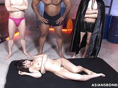 Шиори Натсуми бурно сквиртит когда её ебут в групповухе