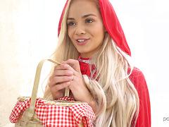 Красная Шапочка Эльза Джин даёт лесорубу в свой пирожок