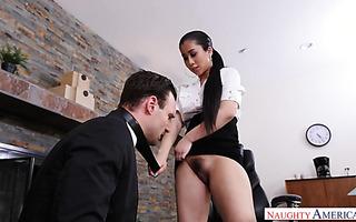 Brenna Sparks bedient Boss mit ihrer engen asiatischen Muschi