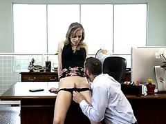 Джиллиан Дженсон ублажена коллегой на рабочем столе