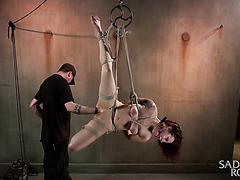 Фистинг подвешенной рабыни Черри Долл в мрачном подвале