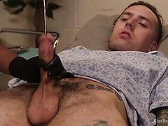 La sucia enfermera negra Daisy Ducati tortura al paciente tocando su polla blanca