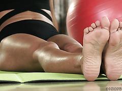Apolonia Lapiedra gets her little feet worshiped by yoga teacher