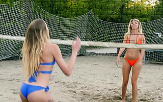 Plump Brit Babe Harmony Reigns in aufregender Outdoor-Flash- und Fick-Action