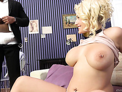 Voluptuous queen Angel Wicky is handled by black servant
