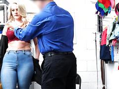 Охранник наказывает воровку грязным сексом в обмен на свободу
