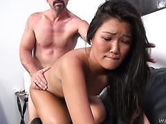 Плоскогрудая азиатка Эми Паркс трахнута в тугую и лысую манду