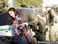 Иммигрантка Мая Гранд жётско выебана пограничницей и её начальником
