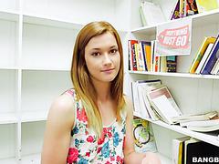 Продавец выебал любознательную Алаину Доусон в книжном магазине