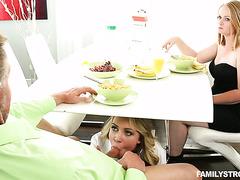 Напористая Кали Спаркс отсосала отчиму сидя под столом