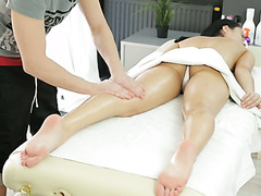 Skilled masseur makes a girl horny and fucks her on a massage table