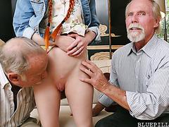 Пара старпёров дают жару с молоденькой рыжей блядью Долли Литтл